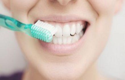 فواید و مزایا و مقایسه مسواک زدن با نمک یا خمیر دندان